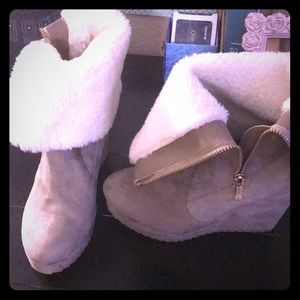 Juicy Couture boots w fur trim and zip sides sz6